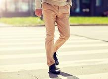 Ανώτερο άτομο που περπατά κατά μήκος της διάβασης πεζών πόλεων στοκ εικόνα