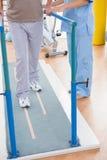 Ανώτερο άτομο που περπατά με τη βοήθεια θεραπόντων Στοκ εικόνες με δικαίωμα ελεύθερης χρήσης