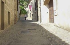 Ανώτερο άτομο που περπατά σε μια μεσαιωνική οδό Trujillo Στοκ Εικόνες