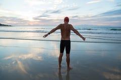Ανώτερο άτομο που προετοιμάζεται να κολυμπήσει στη θάλασσα στην αυγή στοκ φωτογραφίες