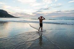 Ανώτερο άτομο που προετοιμάζεται να κολυμπήσει στη θάλασσα στην αυγή στοκ εικόνες