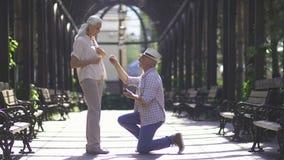 Ανώτερο άτομο που προτείνει τη φίλη του με το δαχτυλίδι απόθεμα βίντεο