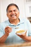 Ανώτερο άτομο που τρώει τα δημητριακά στοκ εικόνα με δικαίωμα ελεύθερης χρήσης