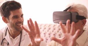 Ανώτερο άτομο που φορά τα εικονικά γυαλιά απόθεμα βίντεο