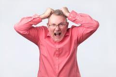 Ανώτερο άτομο που φωνάζει από την απόγνωση πόνου Βλαστός στούντιο στοκ φωτογραφία με δικαίωμα ελεύθερης χρήσης