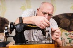 Ανώτερο άτομο που χρησιμοποιεί μια ράβοντας μηχανή Στοκ Εικόνα