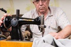Ανώτερο άτομο που χρησιμοποιεί την ντεμοντέ ράβοντας μηχανή Στοκ Εικόνες