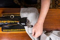 Ανώτερο άτομο που χρησιμοποιεί την ντεμοντέ ράβοντας μηχανή Στοκ εικόνα με δικαίωμα ελεύθερης χρήσης