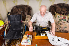 Ανώτερο άτομο που χρησιμοποιεί την ντεμοντέ ράβοντας μηχανή Στοκ Φωτογραφία