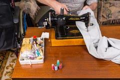 Ανώτερο άτομο που χρησιμοποιεί την ντεμοντέ ράβοντας μηχανή Στοκ φωτογραφία με δικαίωμα ελεύθερης χρήσης
