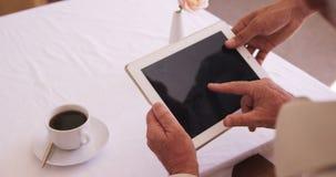 Ανώτερο άτομο που χρησιμοποιεί την ψηφιακή ταμπλέτα φιλμ μικρού μήκους