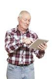 Ανώτερο άτομο που χρησιμοποιεί τον υπολογιστή ταμπλετών που φαίνεται συγκεχυμένο Στοκ εικόνα με δικαίωμα ελεύθερης χρήσης