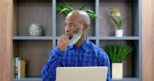 Ανώτερο άτομο που χρησιμοποιεί το lap-top στη αίθουσα συνδιαλέξεων 4k φιλμ μικρού μήκους