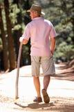 Ανώτερο άτομο στο περπάτημα κατά μήκος μιας παρόδου χωρών στοκ φωτογραφίες
