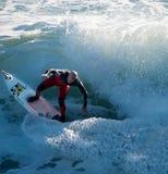 Ανώτερο άτομο surfer που κρατά την ισορροπία του στοκ εικόνα