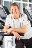 Ανώτερο άτομο treadmill στην ικανότητα Στοκ φωτογραφία με δικαίωμα ελεύθερης χρήσης