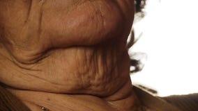 Ανώτερο δέρμα στενά επάνω 2 ρυτίδων λαιμών λαιμού ηλικιωμένων γυναικών φιλμ μικρού μήκους