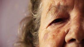Ανώτερο δέρμα στενό επάνω HD ρυτίδων ματιών προσώπου ηλικιωμένων γυναικών απόθεμα βίντεο