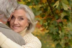 Ανώτερο αγκάλιασμα ζεύγους Στοκ Φωτογραφίες