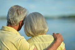Ανώτερο αγκάλιασμα ζεύγους Στοκ εικόνες με δικαίωμα ελεύθερης χρήσης
