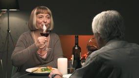 Ανώτερο ζεύγος κατά μια ρομαντική ημερομηνία στο εστιατόριο απόθεμα βίντεο