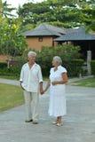 Ανώτερο ζεύγος κοντά στο θέρετρο ξενοδοχείων Στοκ Εικόνες