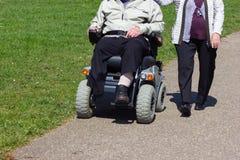 ανώτερο ζεύγος με τη μηχανοκίνητη αναπηρική καρέκλα στοκ φωτογραφία με δικαίωμα ελεύθερης χρήσης