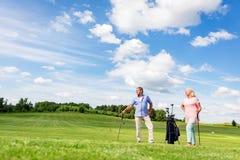 Ανώτερο ζεύγος που απολαμβάνει το παιχνίδι γκολφ Στοκ φωτογραφία με δικαίωμα ελεύθερης χρήσης