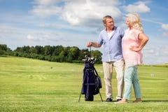 Ανώτερο ζεύγος που απολαμβάνει το παιχνίδι γκολφ Στοκ Εικόνα