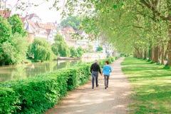 Ανώτερο ζεύγος που περπατά μέσω ενός πάρκου, Tuebingen, Γερμανία Στοκ φωτογραφία με δικαίωμα ελεύθερης χρήσης