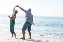 Ανώτερο ζεύγος που χορεύει στην παραλία Στοκ φωτογραφίες με δικαίωμα ελεύθερης χρήσης