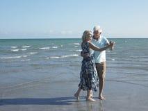 Ανώτερο ζεύγος που χορεύει στην τροπική παραλία στοκ εικόνα με δικαίωμα ελεύθερης χρήσης