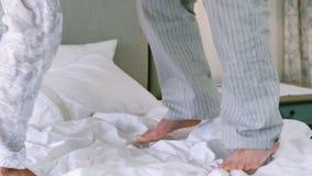 Ανώτερο ζεύγος που χορεύει στο κρεβάτι απόθεμα βίντεο