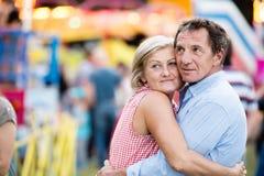 Ανώτερο ζεύγος στην έκθεση διασκέδασης, αγκάλιασμα καλοκαίρι ηλιόλουστο Στοκ εικόνα με δικαίωμα ελεύθερης χρήσης