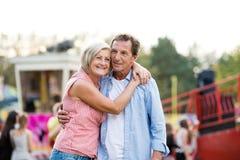 Ανώτερο ζεύγος στην έκθεση διασκέδασης, αγκάλιασμα καλοκαίρι ηλιόλουστο Στοκ φωτογραφία με δικαίωμα ελεύθερης χρήσης