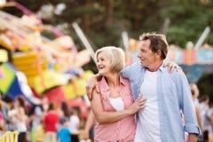 Ανώτερο ζεύγος στην έκθεση διασκέδασης, αγκάλιασμα καλοκαίρι ηλιόλουστο Στοκ εικόνες με δικαίωμα ελεύθερης χρήσης