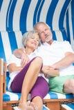 Ανώτερο ζεύγος στην καρέκλα παραλιών στοκ εικόνα