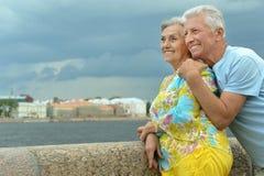 ανώτερο ζεύγος στην οδό πόλεων κοντά στον ποταμό Στοκ Εικόνα