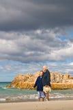 Ανώτερο ζεύγος στην παραλία με τη συλλογή θύελλα-σύννεφων Στοκ φωτογραφία με δικαίωμα ελεύθερης χρήσης
