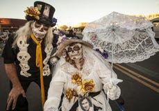 Ανώτερο ζεύγος Dia de Los Muertos Face στο χρώμα Στοκ εικόνα με δικαίωμα ελεύθερης χρήσης