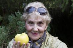 Ανώτερο θηλυκό με τη Apple Στοκ Εικόνες