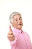 Ανώτερο ιαπωνικό άτομο με τους αντίχειρες επάνω στη χειρονομία Στοκ Εικόνες