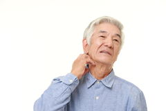 Ανώτερο ιαπωνικό άτομο που γρατσουνίζει το λαιμό του Στοκ Εικόνα