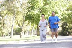 Ανώτερο ισπανικό ζεύγος Jogging στο πάρκο στοκ φωτογραφίες