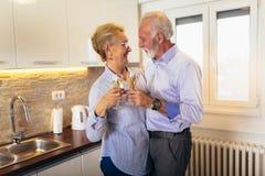 Ανώτερο κρασί κατανάλωσης ζευγών στην κουζίνα στοκ εικόνες