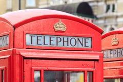 Ανώτερο μέρος ενός χαρακτηριστικού τηλεφωνικού θαλάμου του Λονδίνου Στοκ εικόνες με δικαίωμα ελεύθερης χρήσης