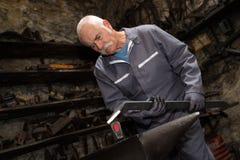 Ανώτερο μέταλλο σφυρηλατημένων κομματιών σιδηρουργών στο αμόνι Στοκ Εικόνα
