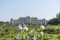Ανώτερο παλάτι πανοραμικών πυργίσκων με τα λουλούδια στο πρώτο πλάνο στοκ φωτογραφία με δικαίωμα ελεύθερης χρήσης