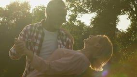 Ανώτερο παντρεμένο ζευγάρι που χορεύει κατά τη διάρκεια των μαγικών συγκινήσεων ώρας, αγάπης και ευτυχίας απόθεμα βίντεο