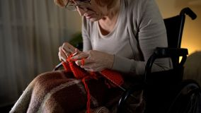 Ανώτερο συναίσθημα γυναικών απελπισμένο της κακής θέας για να πλέξει, μάτι-ασθένεια, απόγνωση στοκ εικόνες